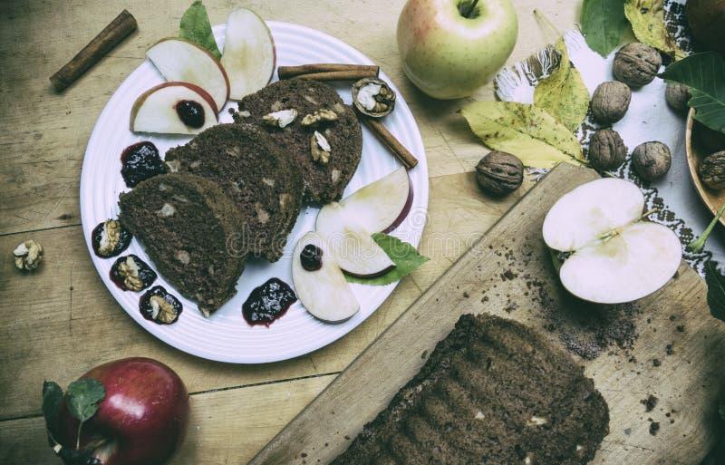 Pain de cannelle coupé en tranches de pomme avec des décorations sur la table en bois Fait à partir des pommes, sucre, huile, oeu images libres de droits