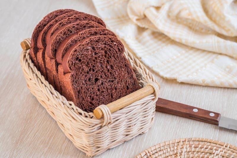 Pain de chocolat coupé en tranches dans le panier en osier photo stock