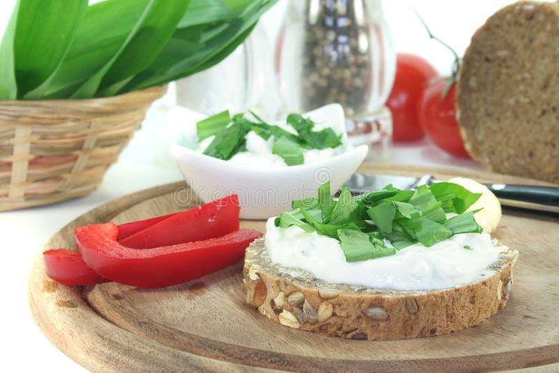 Pain de fromage blanc avec l'ail sauvage photos stock