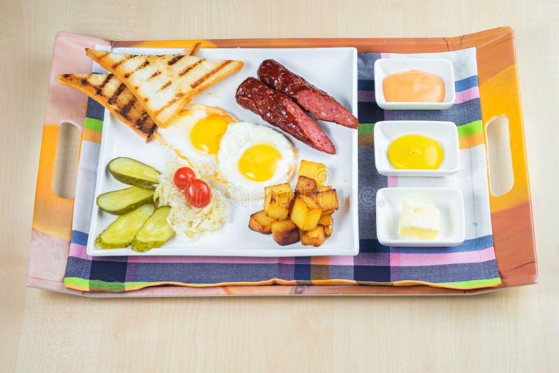 Pain de jambon avec de la salade et la tomate végétales sur une table et un papier images stock