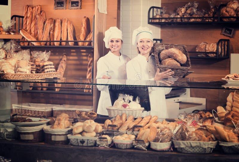 Pain de offre de personnel de boulangerie photographie stock libre de droits
