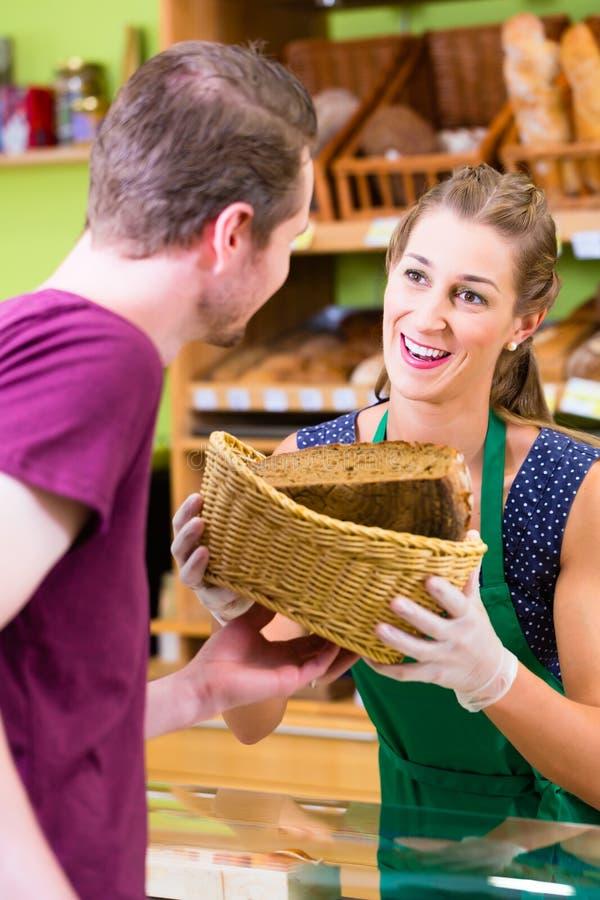Pain de offre de vendeuse de boulangerie photos libres de droits