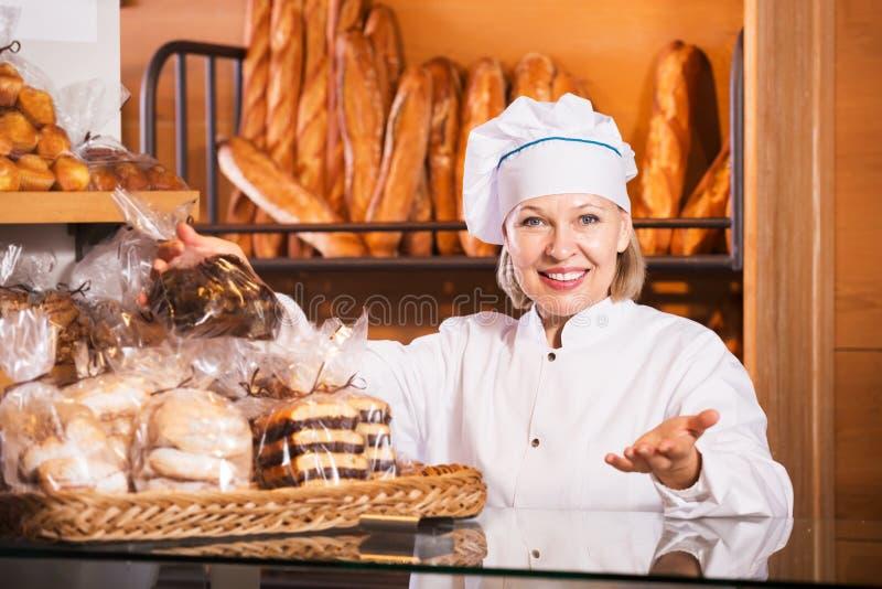Pain de offre des employés de boulangerie images libres de droits