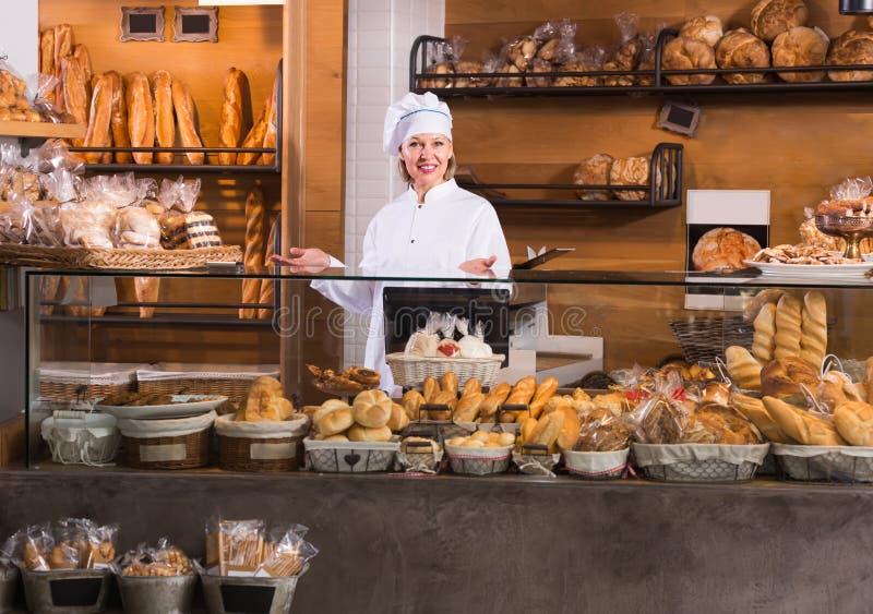 Pain de offre des employés mûrs de boulangerie images libres de droits