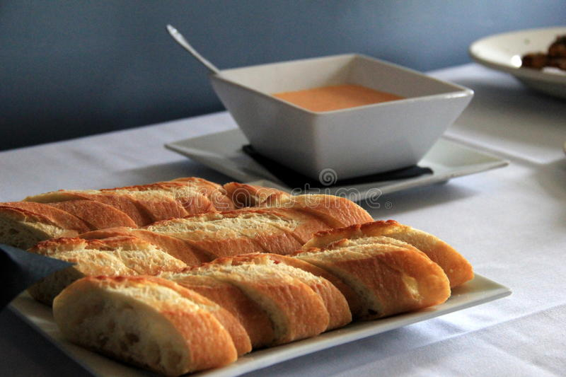 Pain de pain et de sauce d'accompagnement coupés en tranches photographie stock libre de droits