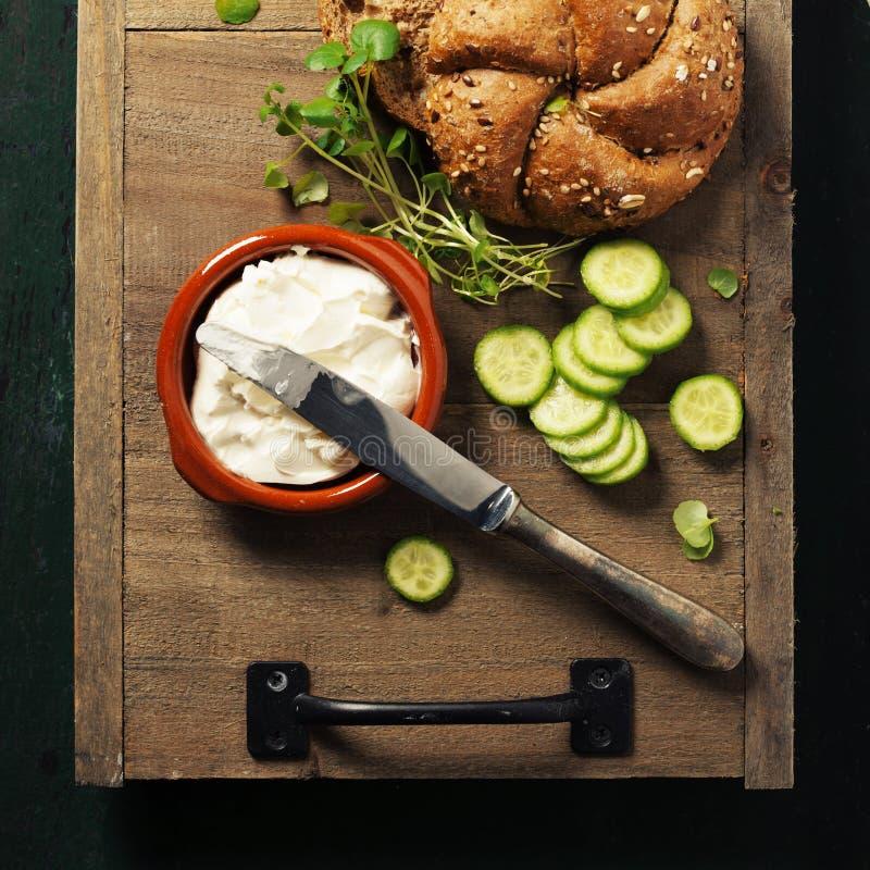 Pain de pain fait maison et ingrédients frais pour faire le végétarien photographie stock libre de droits