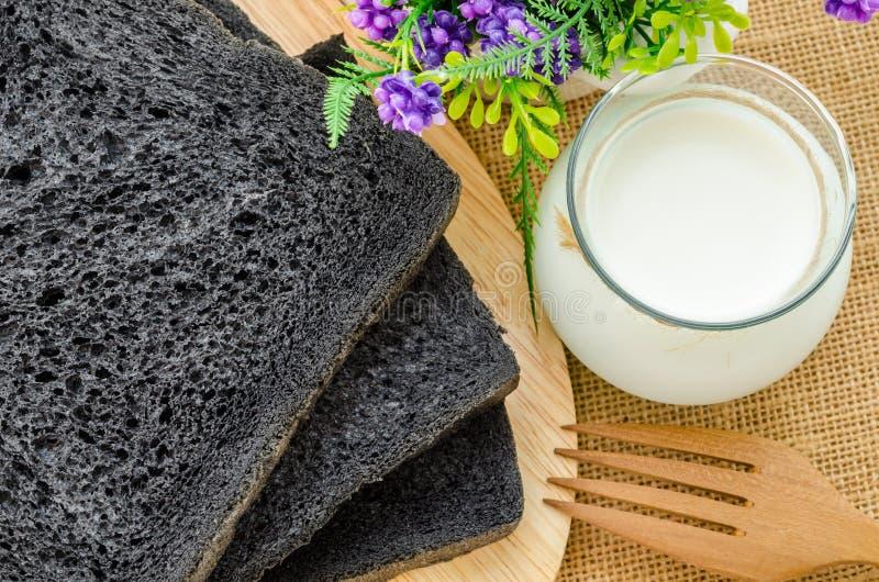 Pain de pain noir de pain de charbon de bois image stock