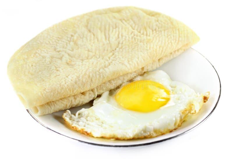 Pain de Roti avec l'oeuf poché photo stock
