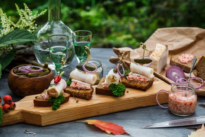 Pain de saindoux avec les anneaux d'oignon, le raifort sauvage et le piment images stock