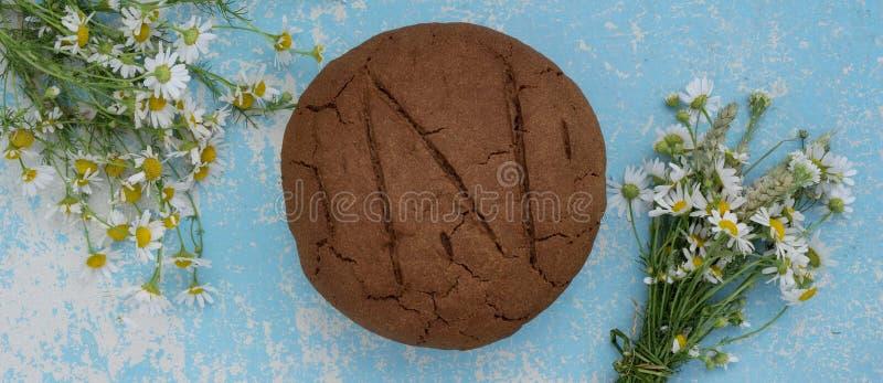 Pain de seigle cuit au four frais d'artisan et de pain entier de grain sur en bois image stock