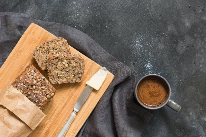 Pain de seigle et tasse faits maison frais de café noir sur l'obscurité L'espace de petit déjeuner pour le texte Vue de ci-avant photos stock