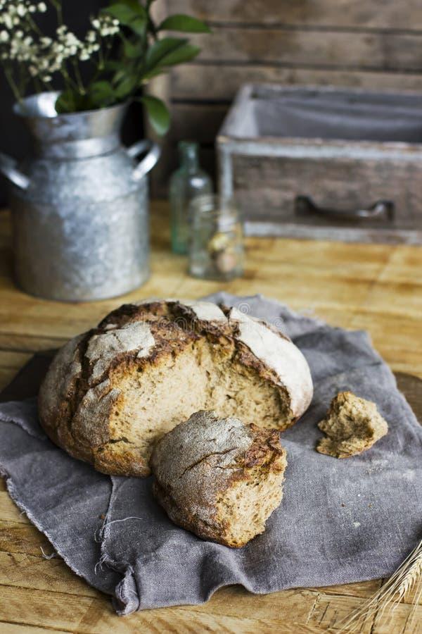 Pain de pain de seigle sur la serviette grise sur la table en bois, style rustique photos libres de droits