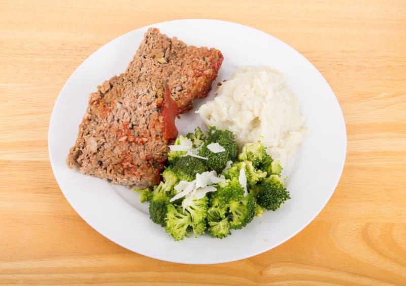 Pain de viande avec de la purée de pommes de terre et le brocoli photographie stock