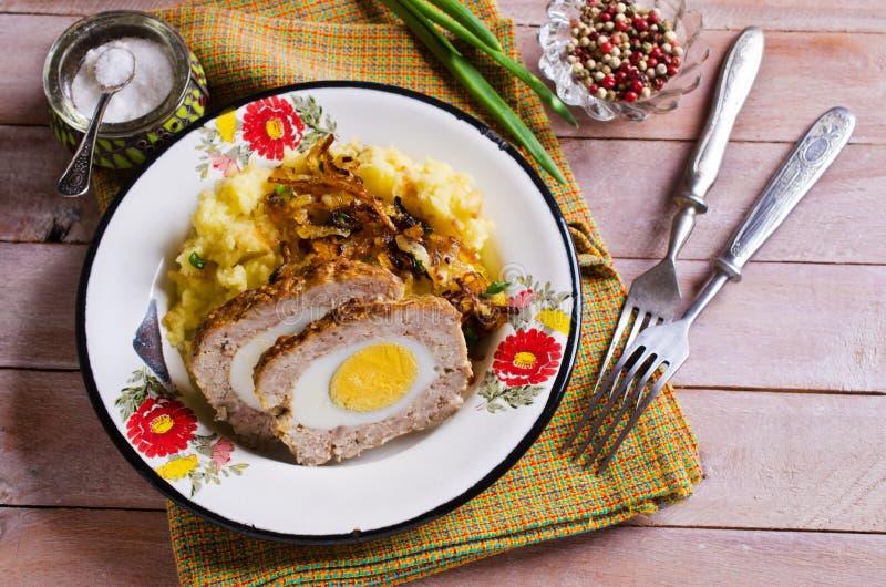Pain de viande avec l'oeuf photo libre de droits