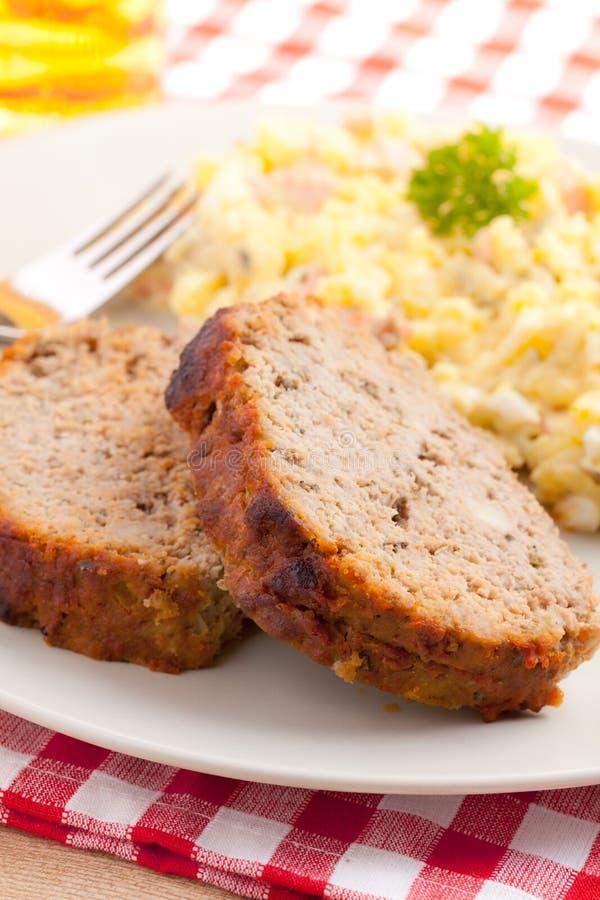Pain de viande cuit au four avec de la salade de pomme de terre image libre de droits