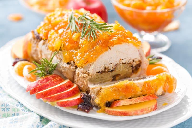 Pain de viande cuit au four bourré des pommes et des prunes, confiserie décorée de mandarine Carte de Noël images stock