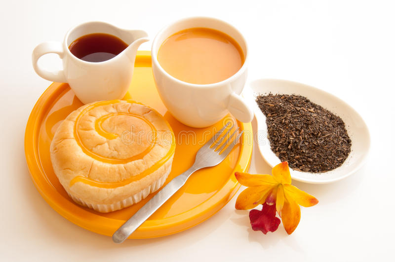 Pain de wth de déjeuner et cuvette de thé de lait. photos stock