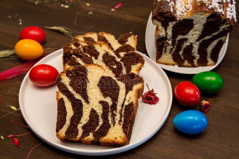 pain doux roumain de raditional avec le cacaco pour Pâques - Cozonac - pain de bonbon à zèbre images libres de droits