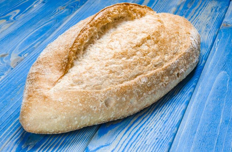 Pain entier de pain avec des chips sur la vue sup?rieure de fond en bois photo libre de droits