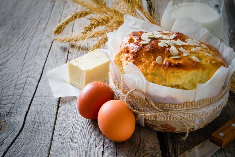 Pain et ingrédients de Pâques sur le fond en bois rustique photographie stock libre de droits