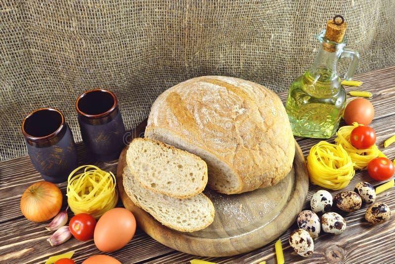 Pain et ingrédients sur la table photo stock