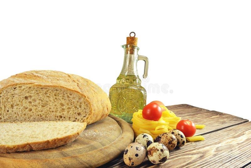 Pain et ingrédients sur la table image stock