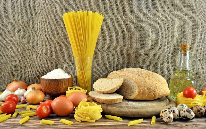 Pain et ingrédients sur la table photos stock