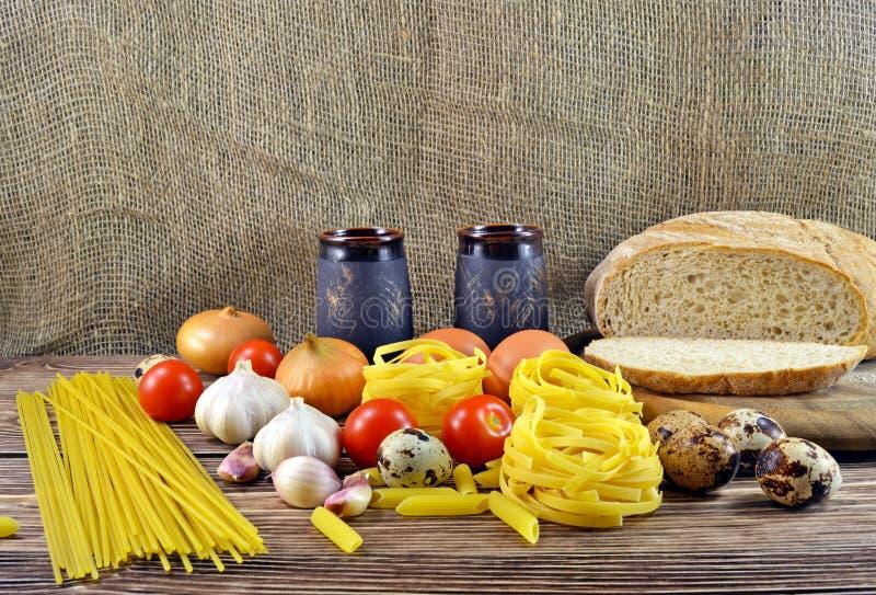 Pain et ingrédients sur la table photographie stock libre de droits