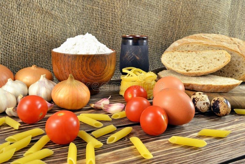 Pain et ingrédients sur la table images stock