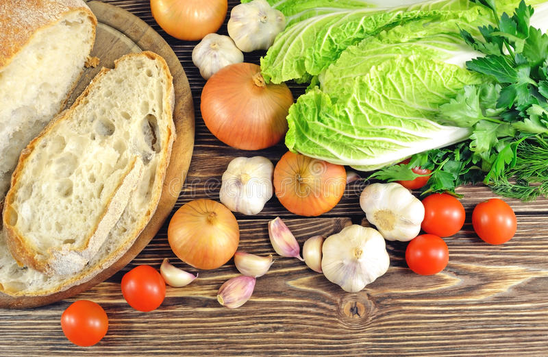 Pain et légumes sur la table image libre de droits