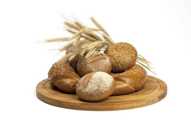 Pain et petits pains traditionnels cuits au four frais photos stock