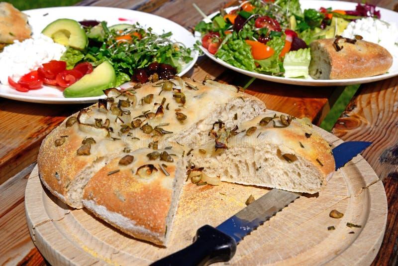Pain et salade italiens de focacce de romarin photo libre de droits