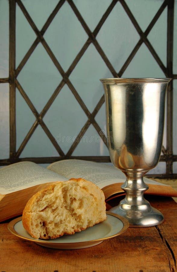 Pain et vin de communion avec la bible photographie stock libre de droits
