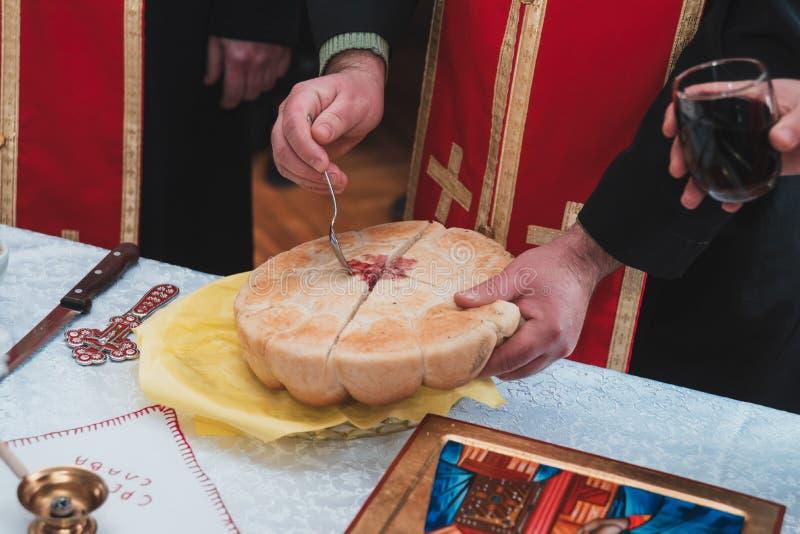 Pain fait main saint d'ortodox serbe dans l'église images libres de droits