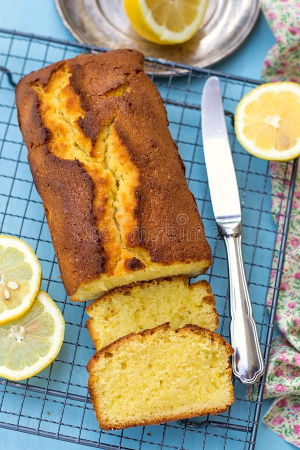 Pain fait maison moite et pelucheux de gâteau de citron images stock