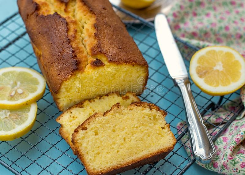 Pain fait maison moite et pelucheux de gâteau de citron image stock