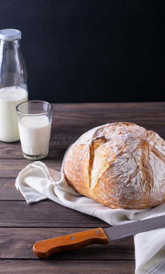 Pain fraîchement cuit au four avec la composition rustique en lait image stock