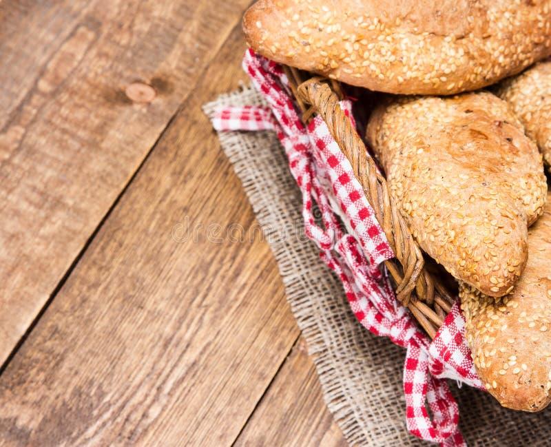 Download Pain Fraîchement Cuit Au Four De Grain Avec Le Sésame Photo stock - Image du repas, foncé: 56485322