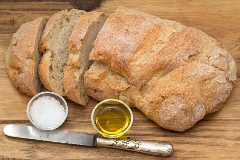 Pain frais avec du sel et l'huile d'olive image stock