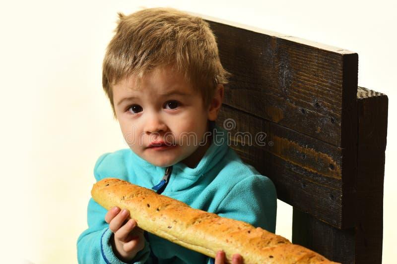 Pain frais Baguette française fraîche de prise de petit enfant La nourriture fraîche est les meilleurs produits frais de boulange image stock