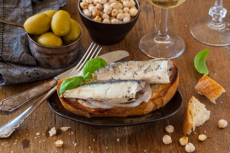 Pain grillé avec des sardines photo stock