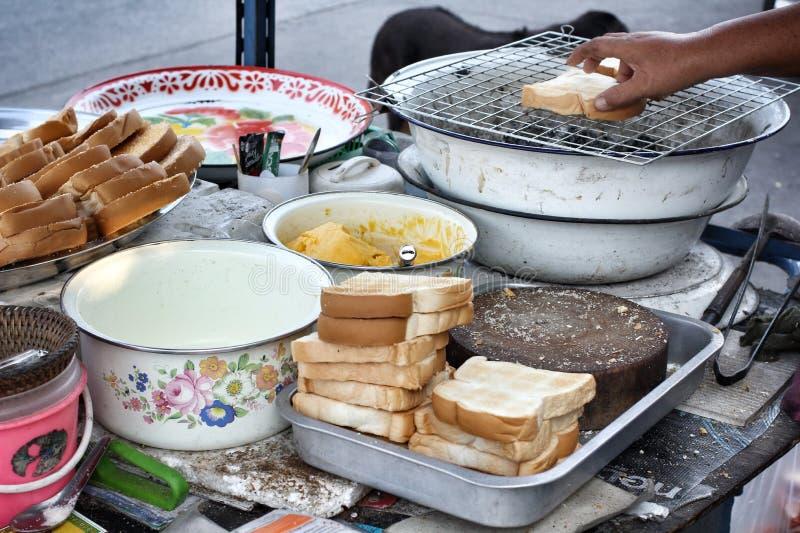 Pain grillé avec du beurre et l'arrosage avec du sucre photo libre de droits
