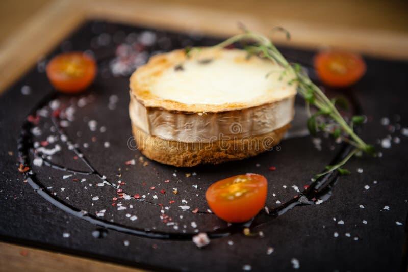 Pain grillé avec du fromage de chèvre photo stock