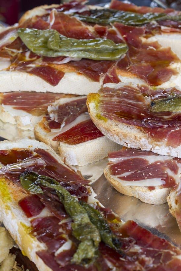 Pain grillé avec du jambon espagnol images libres de droits