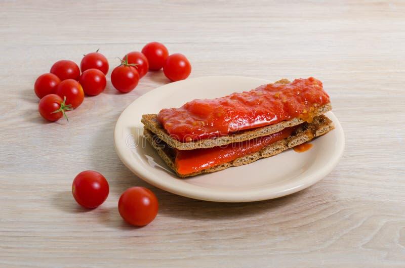 Pain grillé avec le ketchup de tomate et le poivron rouge photographie stock libre de droits