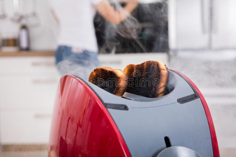 Pain grillé brûlé sortant du grille-pain photographie stock libre de droits