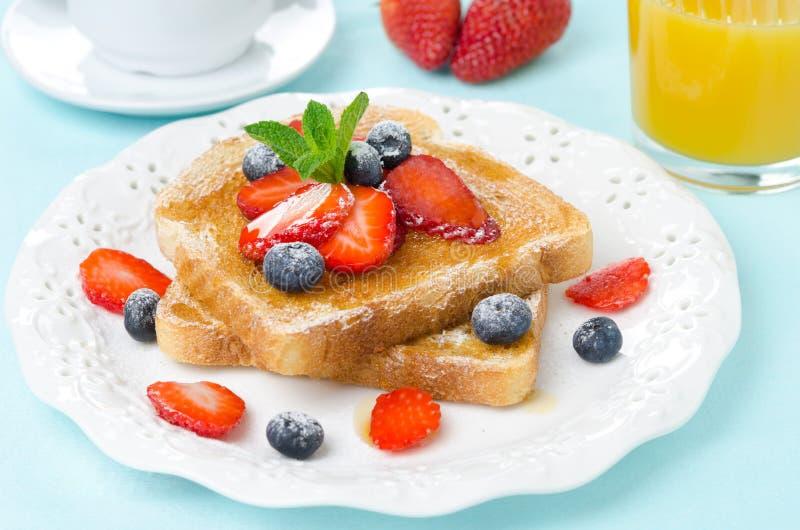 Pain grillé croustillant avec du miel et les baies fraîches pour le petit déjeuner images stock