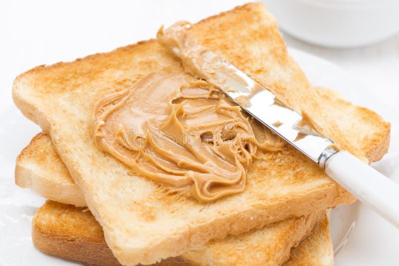 Pain grillé croustillant avec le beurre d'arachide pour le petit déjeuner photo stock