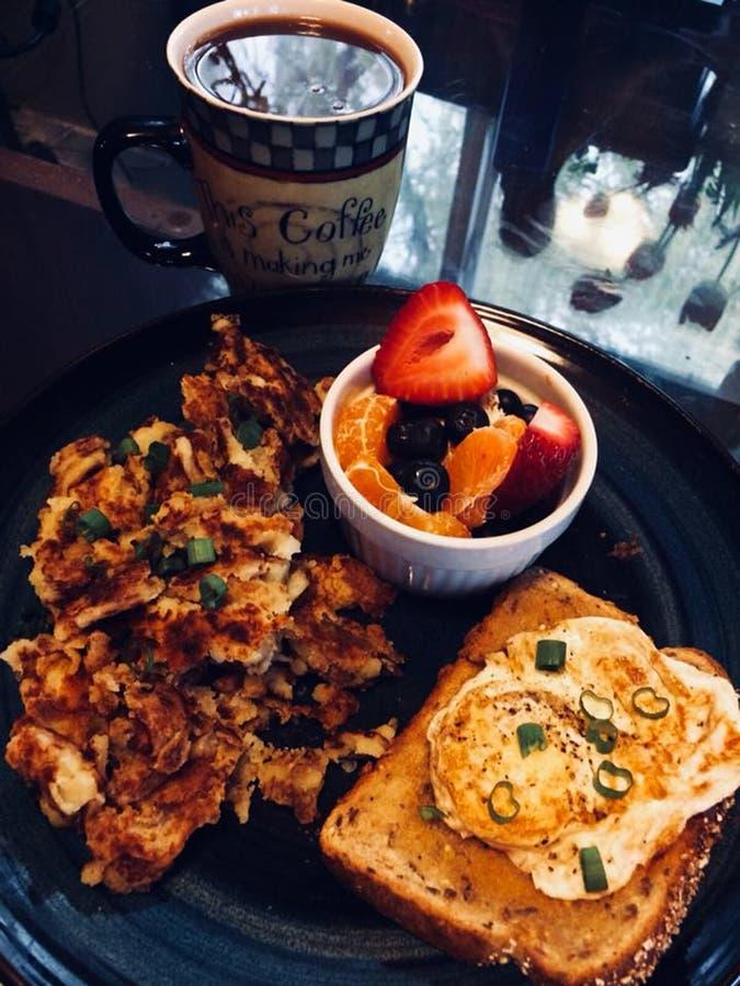 Pain grillé délicieux d'oeufs de pommes de terre rissolées de café de petit déjeuner photo libre de droits