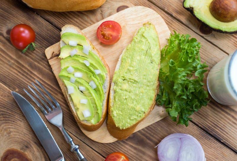 Pain grillé d'avocat avec de la salade et sain photo stock